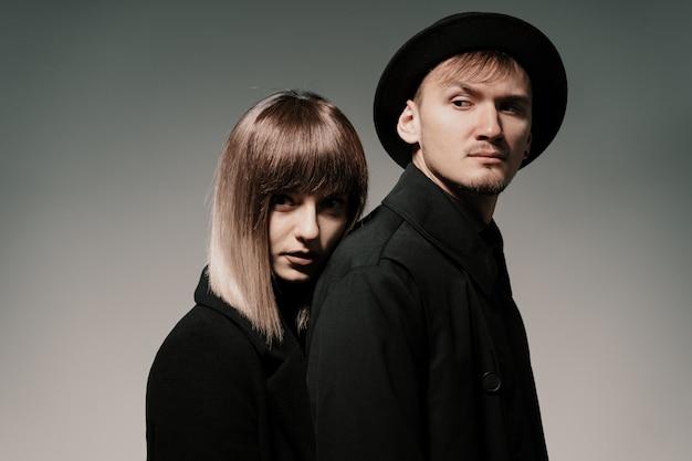 スタジオで灰色のミレニアルファッションカップル