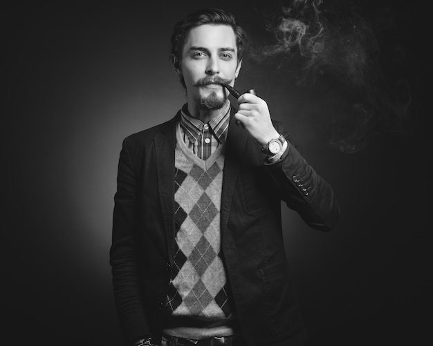 若い紳士はパイプを吸う