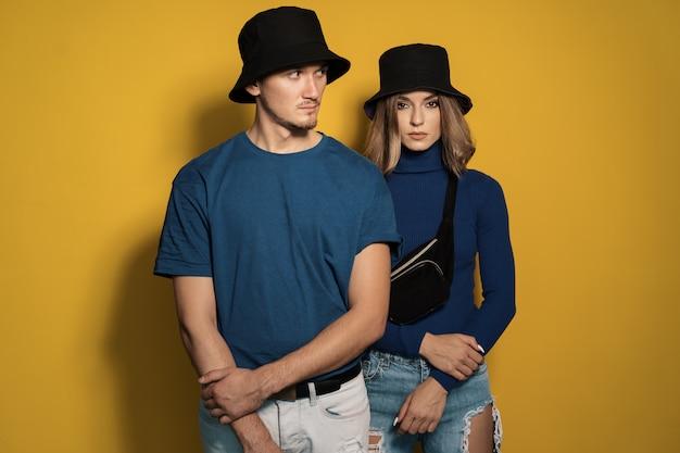 Портрет молодой пары на желтом