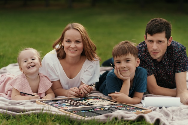 美しい家族が一緒に屋外で時間を過ごす