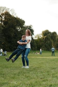 母と息子が公園で遊んで