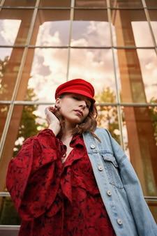 肖像ファッショナブルな女性のストリートファッション