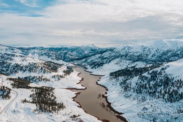 雪山の冬の湖の空撮