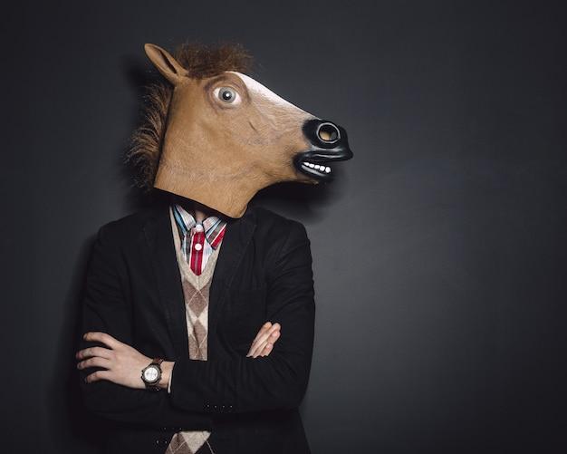 スタジオで馬マスク男