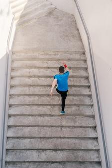 若い男が階段でインターバルトレーニングを練習