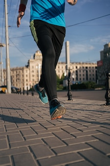 街で足を走っている人に合う