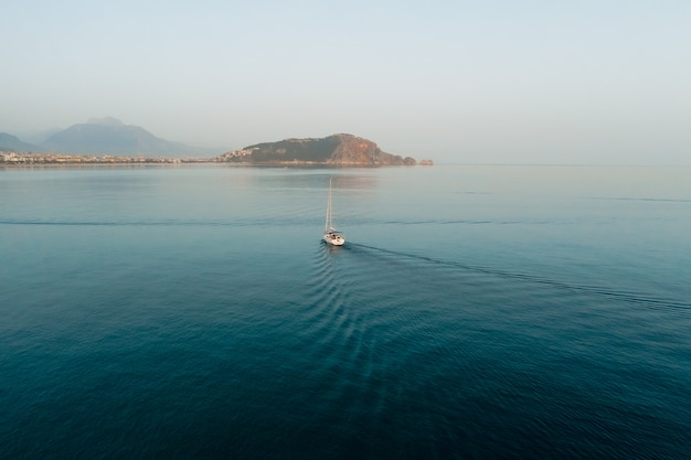 美しい海の風景、セーリングヨット