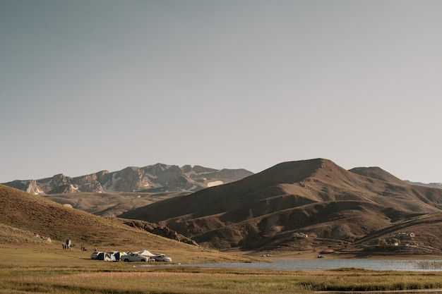 トルコの山で車でキャンプ