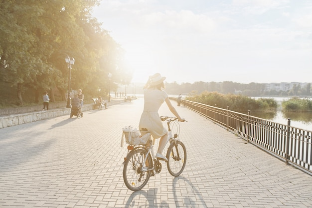 自転車で自然を背景に若い女性