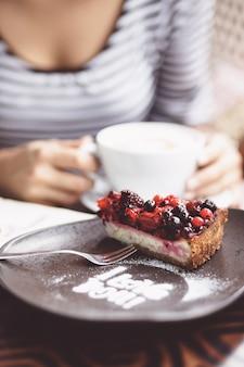 都市のカフェでコーヒーを飲む若い女性