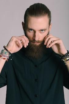 流行に敏感なスタイルのひげを生やした男