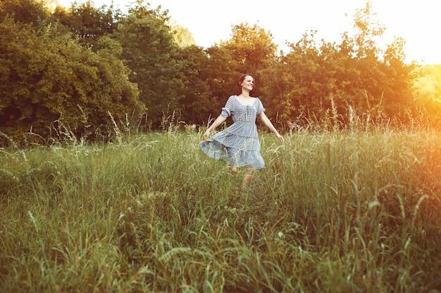 Красота романтической женщины на открытом воздухе