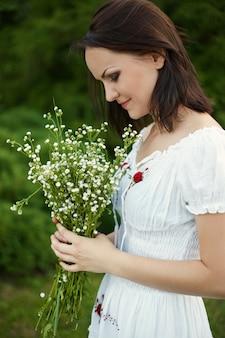 屋外のロマンチックな女性の美しさ