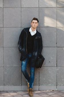 屋外でポーズファッション流行に敏感な男性モデル