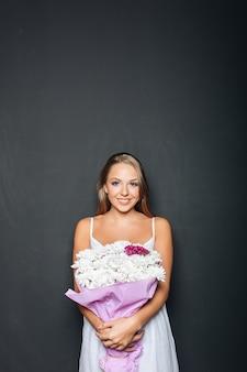 花の束を保持している美しい女性