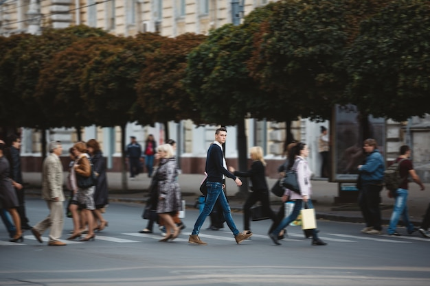 若い男が通りを横切る