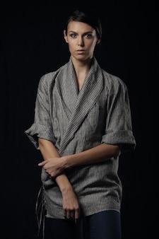 グレーのシャツの若い壮大な女性のファッション写真