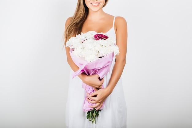 Крупным планом нежная женщина руки, держа букет цветов