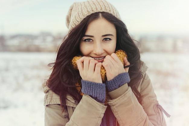 冬の屋外の魅力的な若い女性