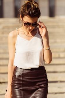 Портрет деловой женщины в солнцезащитных очках