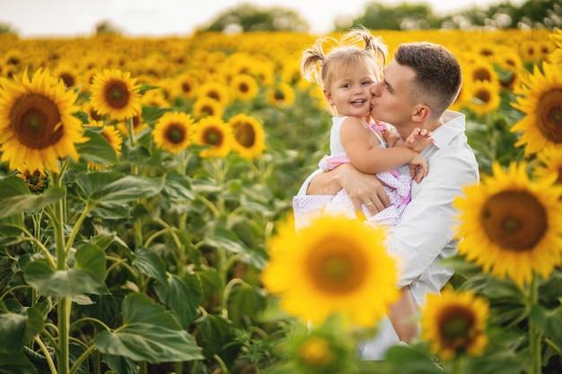 屋外の小さな娘と幸せな若い父