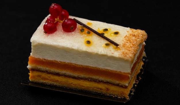 風通しの良い白クリームと赤スグリの入った多層ケーキ、美味しそうなデザート