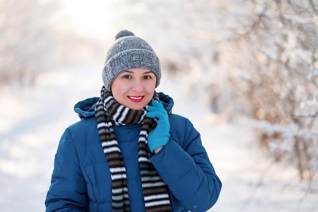 冬の服の幸せな少女の肖像画