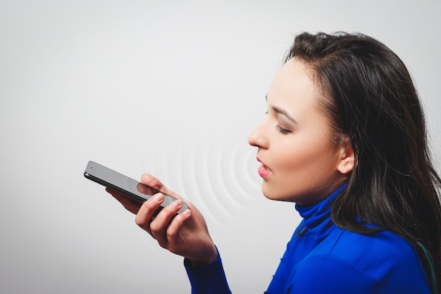 音声認識機能を利用する女性、電話、テクノロジー