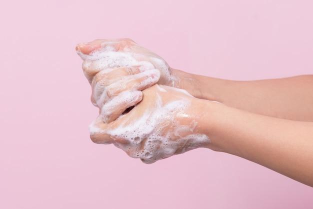 ウイルスから人間の健康を守る衛生、石けんプロセスによる手洗い。