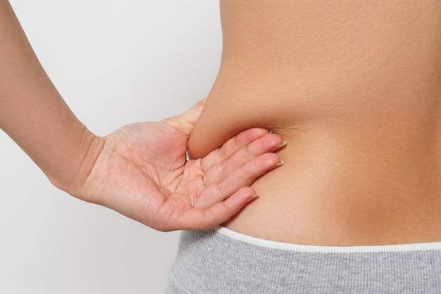 女性は横の脂肪のひだに指を挟みます