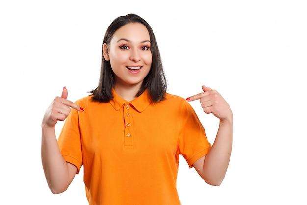 明るいシャツを着た若い女性が両手で身振りをする