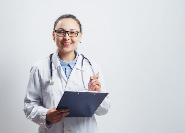 聴診器と白のクリップボードをメガネで医者の女性の肖像画