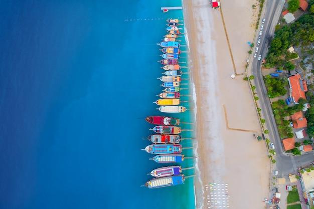 地中海のカラフルなボートの空撮