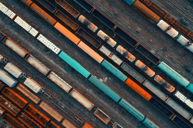 Аэрофотоснимок красочных грузовых поездов
