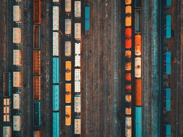 カラフルな貨物列車の空撮
