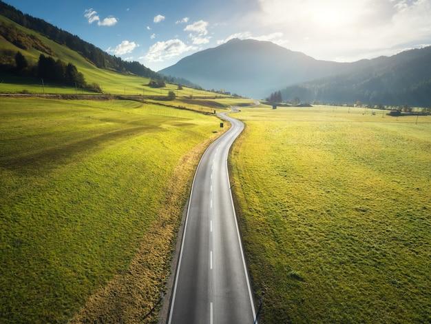 山の谷の道の空撮