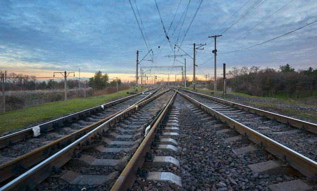 夕焼けの美しい空を背景に鉄道駅。鉄道
