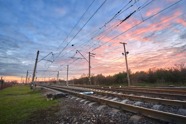 夕焼けの美しい空を背景に鉄道駅