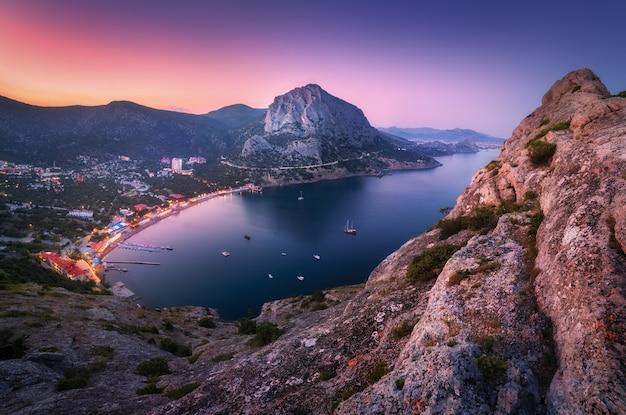 夜のカラフルな山の風景