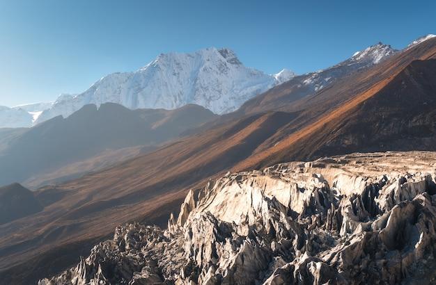 ネパールの日の出の青い空を背景に雪に覆われた山の美しい景色