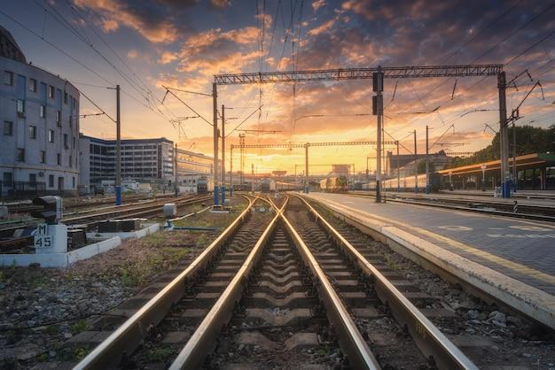 美しいカラフルな空を背景に鉄道駅
