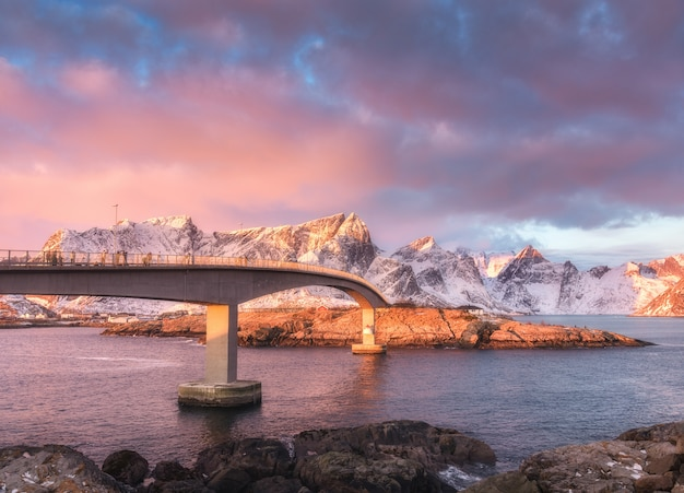 ロフォーテン諸島の日の出の美しい橋