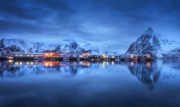 Красивая рыбацкая деревня с лодками ночью