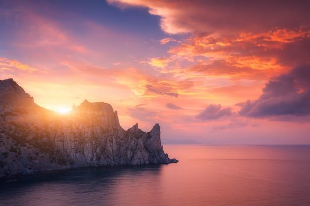 カラフルな赤い空。日没時の山の風景