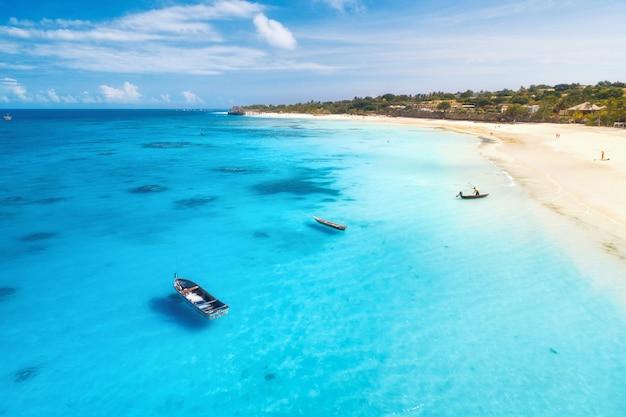 夏の熱帯の海の海岸にボートやヨットの航空写真