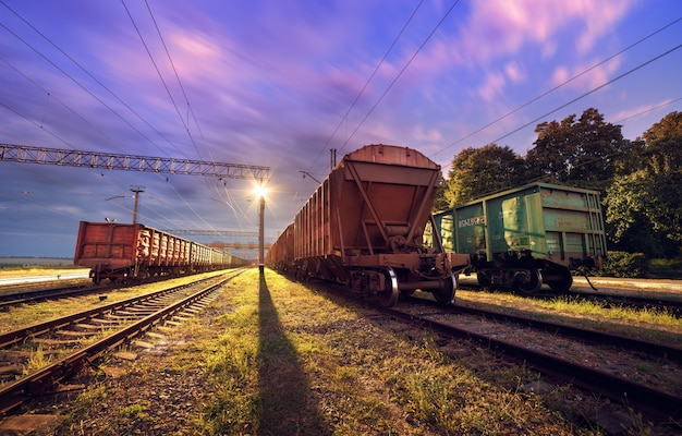夜の貨物列車プラットフォーム。ウクライナの鉄道。鉄道駅