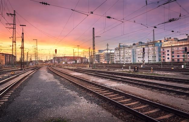 産業景観。ドイツのニュルンベルクの鉄道駅。日没時の鉄道