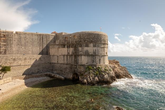 Куча залива и стена старого города дубровника в хорватии