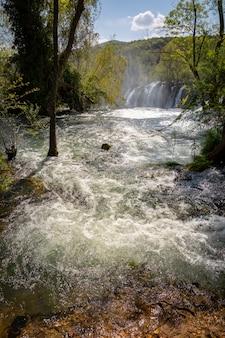 ボスニアおよびヘルツェゴビナのトレビザット川のクラヴィツェ滝の上流