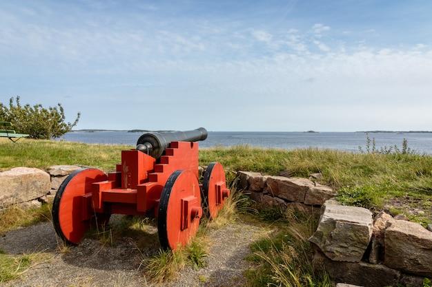 Пушки, стоящие на оддероя, кристиансанн, норвегия. вид на море, голубое небо